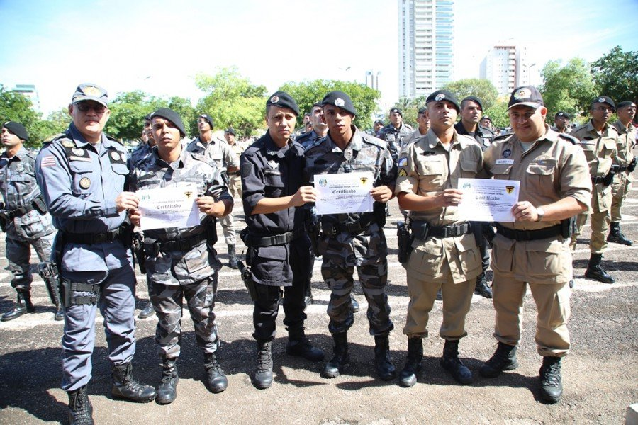 Policiais homenageados