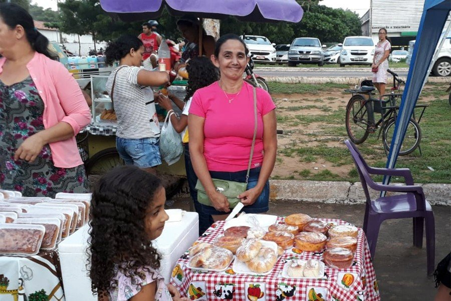 Celda Maria da Cruz ajuda a filha na faculdade com a venda de bolos na feira (Foto: Wandson Santos)
