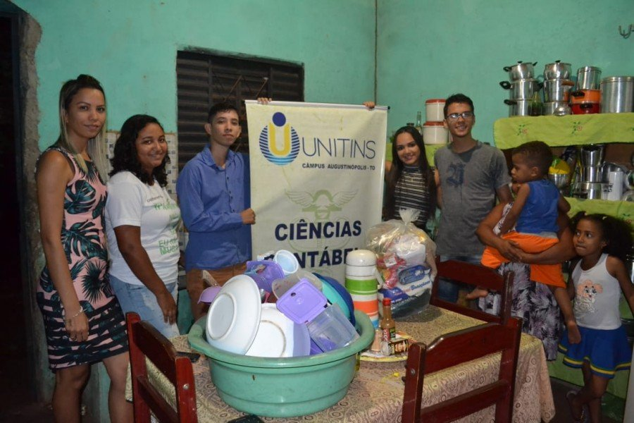 Coordenadora do curso professora Ana Paula Monteiro acompanha estudantes na entrega dos alimentos (Foto: Divulgação /Ascom Unitins)