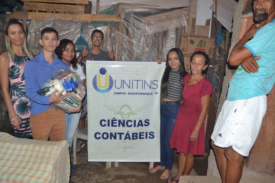 Professora Ana Paula Monteiro com acadêmicos durante entrega dos alimentos (Foto: Divulgação /Ascom Unitins)