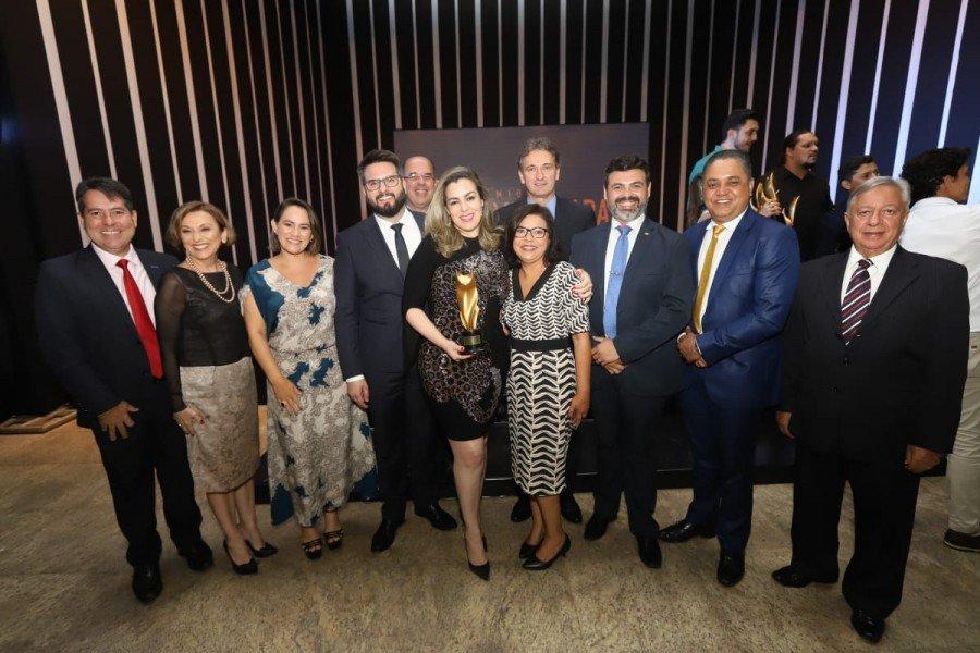 Prefeita e sua equipe com o grande prêmio da noite (Foto: Ademir dos Anjos)