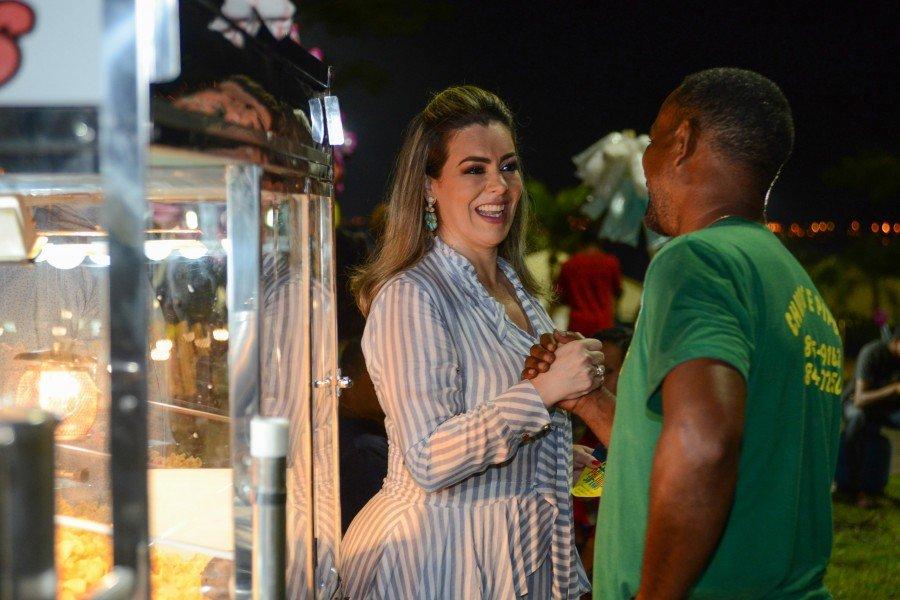 Prefeita Cinthia Ribeiro fez questão de cumprimentar comerciantes formais e informais
