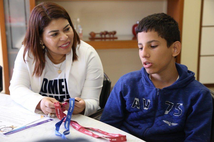 O estudante foi recebido pela secretária Adriana Aguiar após regressar da premiação, em Salvador