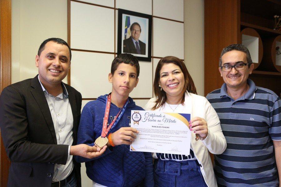 Ryan recebeu o certificado da Seduc e posou ao lado da secretária, do secretário executivo, Robson Vila Nova e do coordenador Wiliam