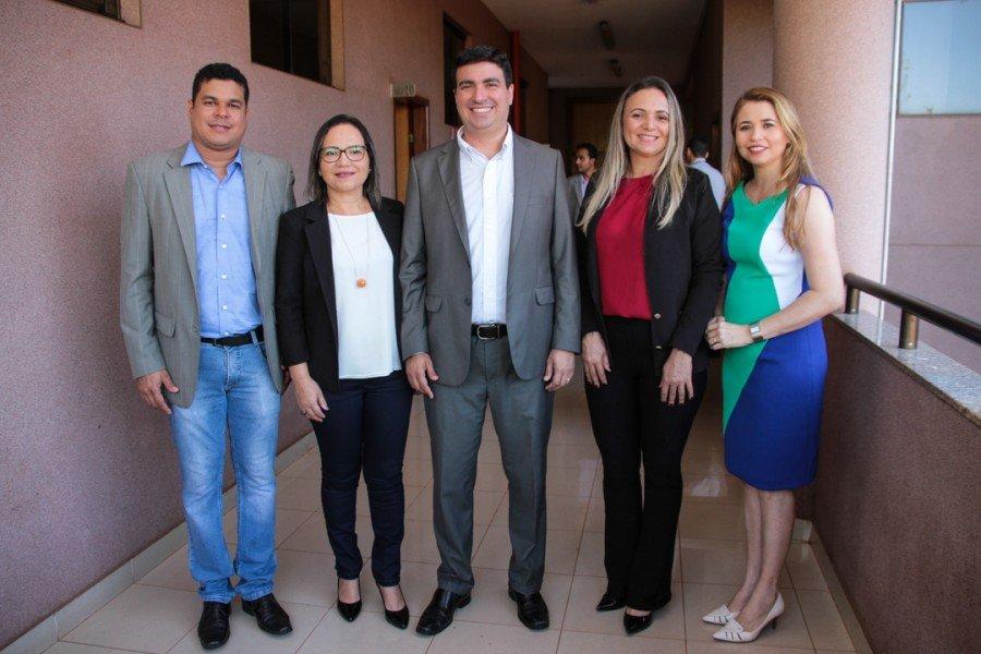 Reitor Augusto Rezende (c) e vice-reitora Darlene Teixeira (d) com coordenadores de curso e diretora do Câmpus Araguatins (Foto: Nonato Silva/Ascom Unitins)