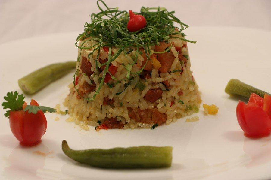 Prato composto por arroz, pirarucu, pimentões e cheiro verde (Foto: Júnior Suzuki)