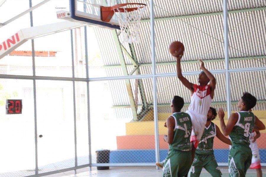 Lance do jogo entre o Colégio Dom Orione, de Tocantinópolis e Amapá no basquete masculino
