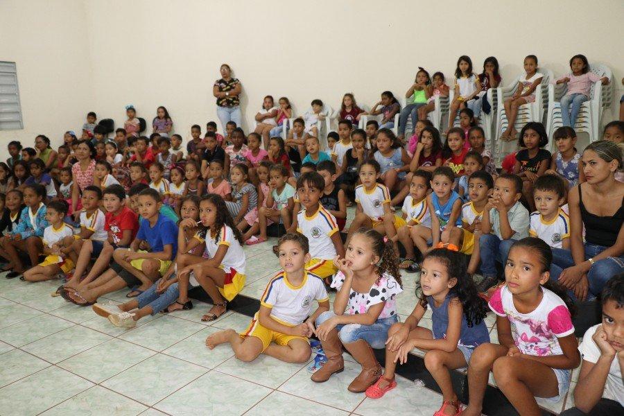 Cinema ambiental realizado na quarta-feira atraiu cerca de 200 crianças ao longo da manhã (Foto: Lidiane Moreira)