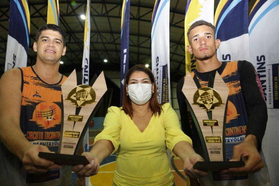 A titular da Seduc, Adriana Aguiar, com Gabriel Macedo e Welder Max Rodrigues Carneiro que venceram a competição na categoria A com B
