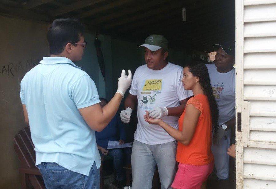 Biólogo Marco Aurélio Oliveira orienta moradores antes de realização de testes rápidos