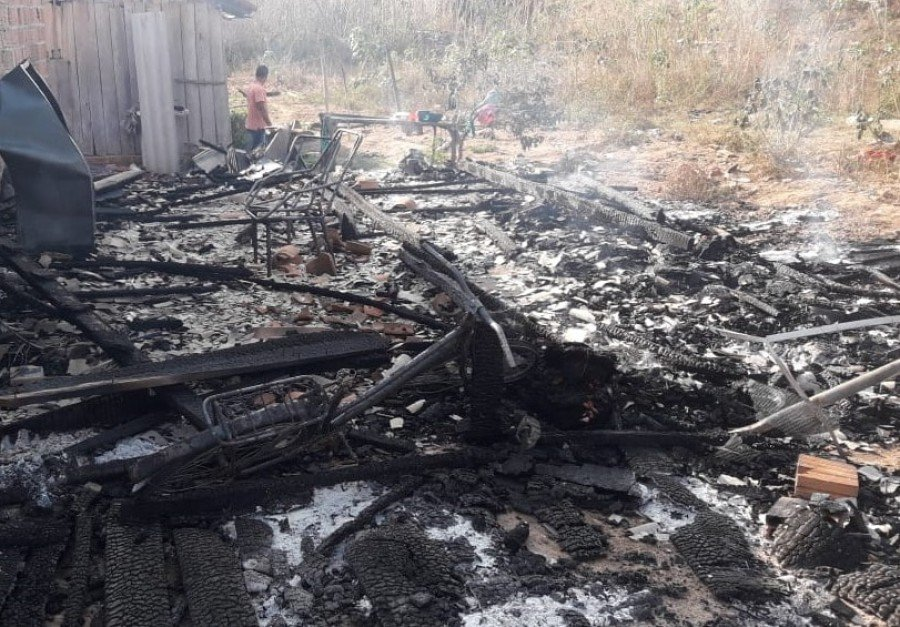 Casa de madeira que ficava ao lado de construção foi toda destruída (Foto: Divulgação)