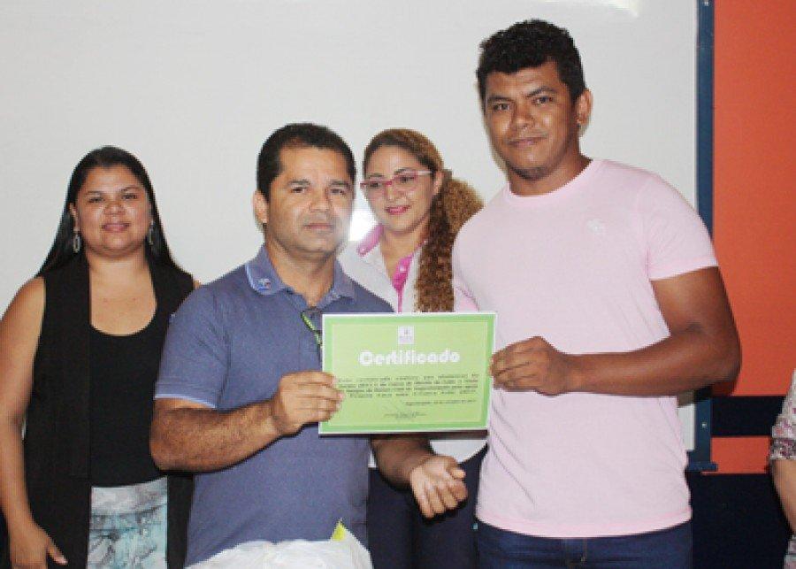 O presidente do Club, Josivaldo Veloso fazendo a entrega do certificado ao representante da turma, Einstein Coelho