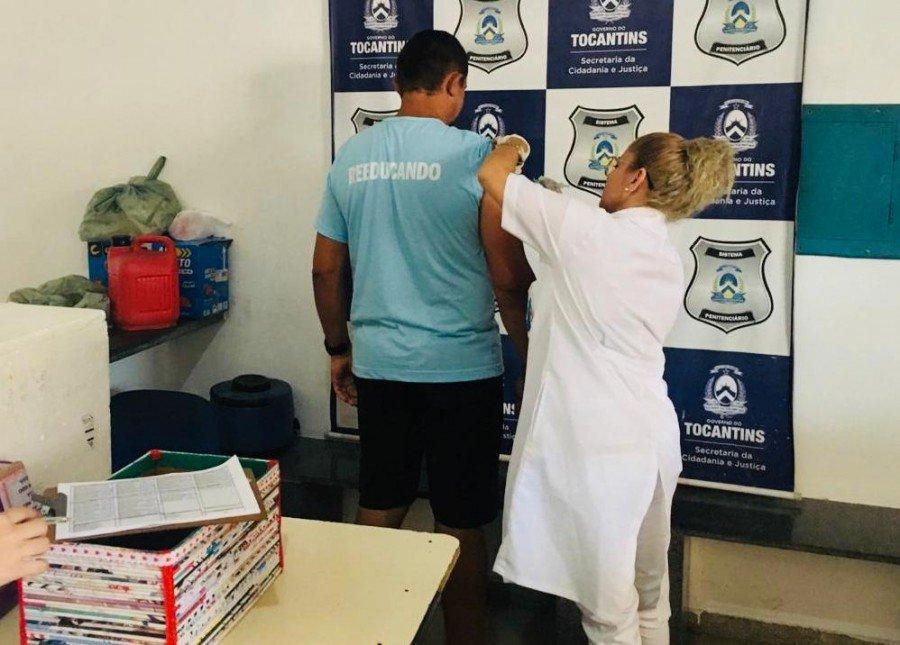 Reeducando sendo imunizado (Foto: Divulgação / Seciju)