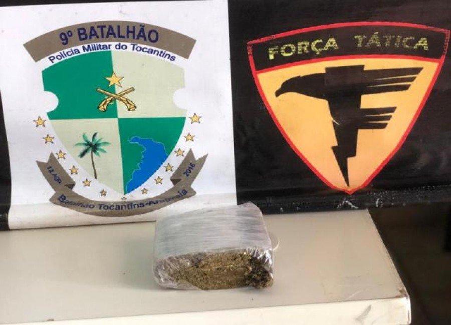 Droga apreendida pela PM em poder do autor (Foto: Divulgação/9º BPM)