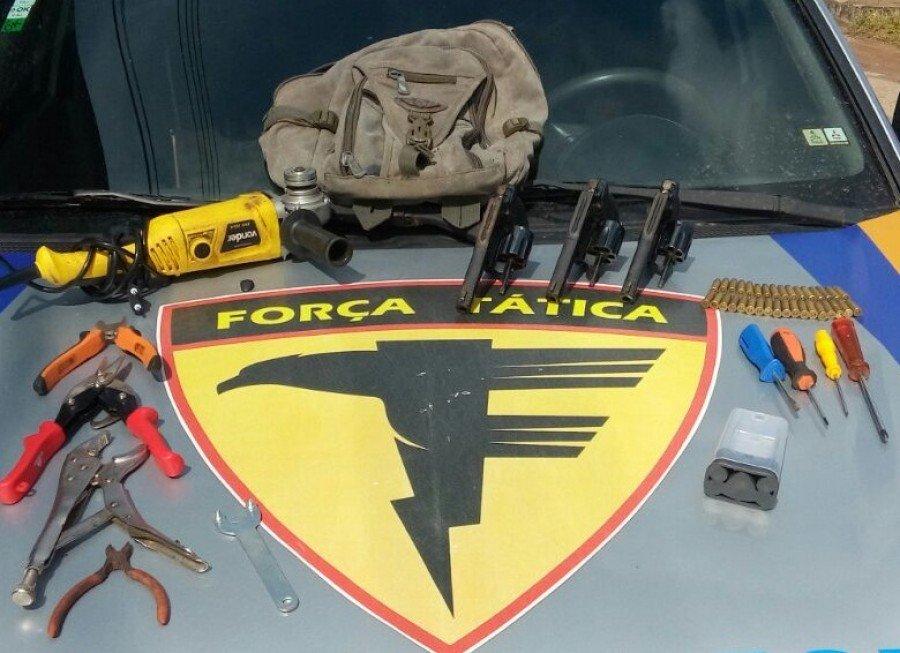 Armas e material apreendidos com autores de tentativa de furto à instituição financeira em Pedro Afonso (Foto: Divulgação/PM)