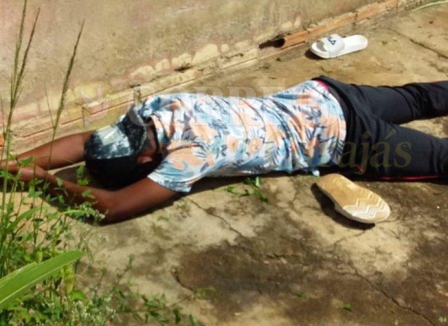 O adolescente foi agarrado por populares após fugir para não pagar conserto de celular (Foto: Tina Santos)