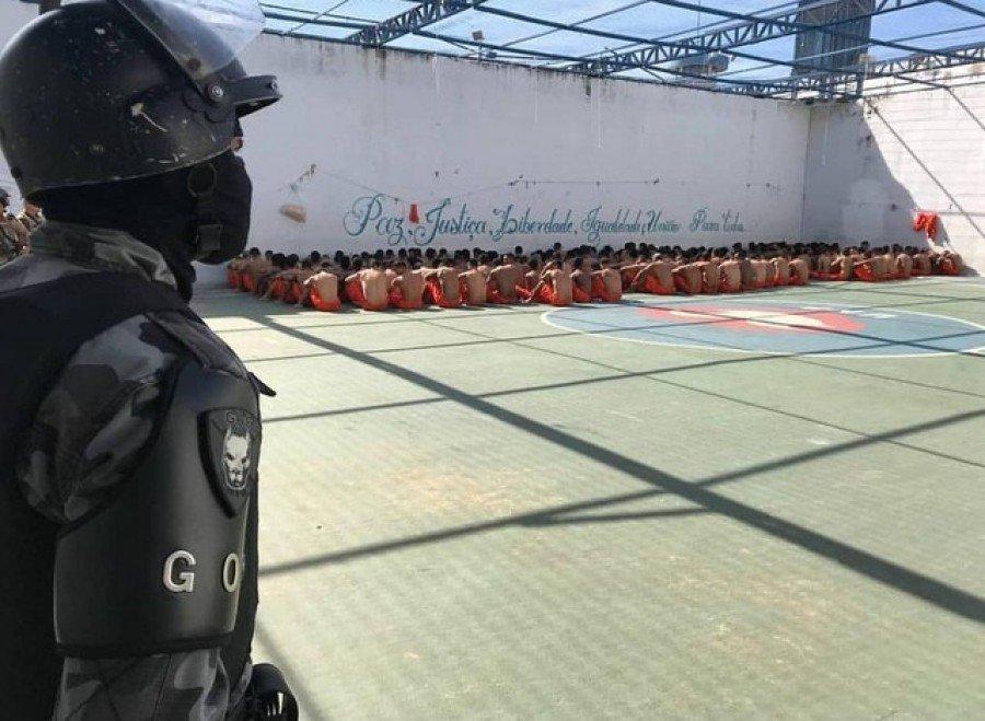 Presos foram retirados das celas durante vistoria (Foto: Divulgação)