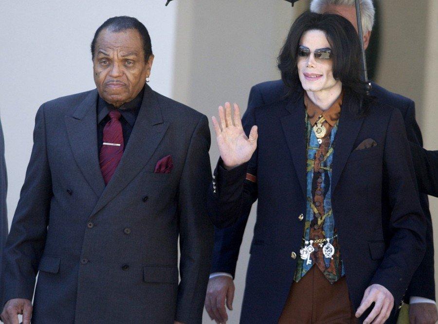 Joe Jackson acompanha o filho, Michal Jackson, em tribunal, em maio de 2005 (Foto: AP Photo/Ric Francis, Arquivo)