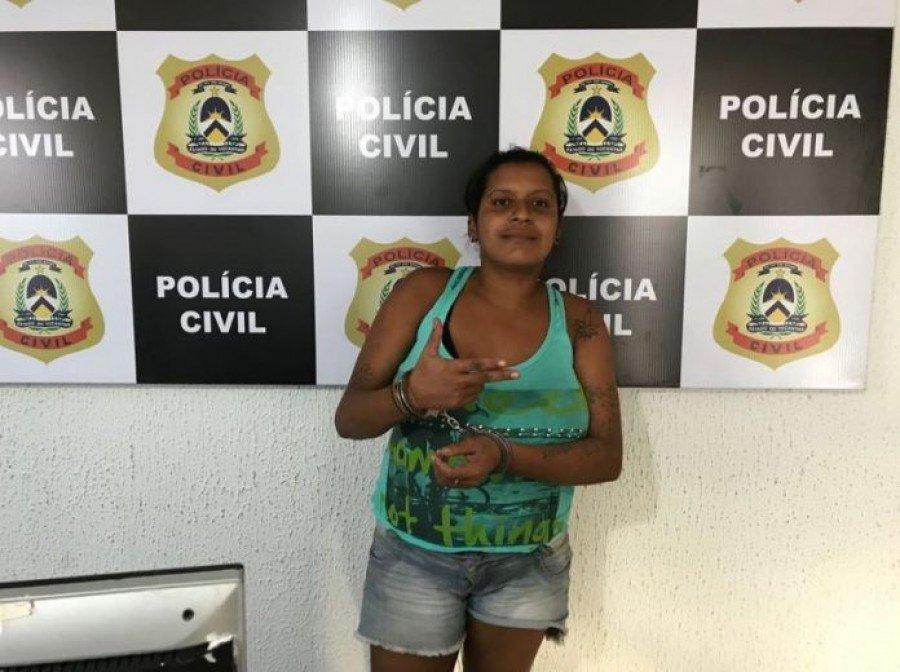 Em uma foto tirada no momento da prisão, Rosilene aparentava estar tranquila e aproveitou para fazer sinal de arma com a mão