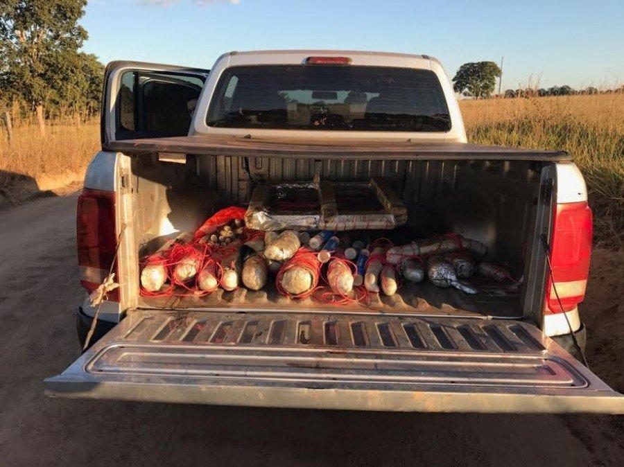 Em um dos veículos utilizados pelos criminosos a PM encontrou diversos explosivos