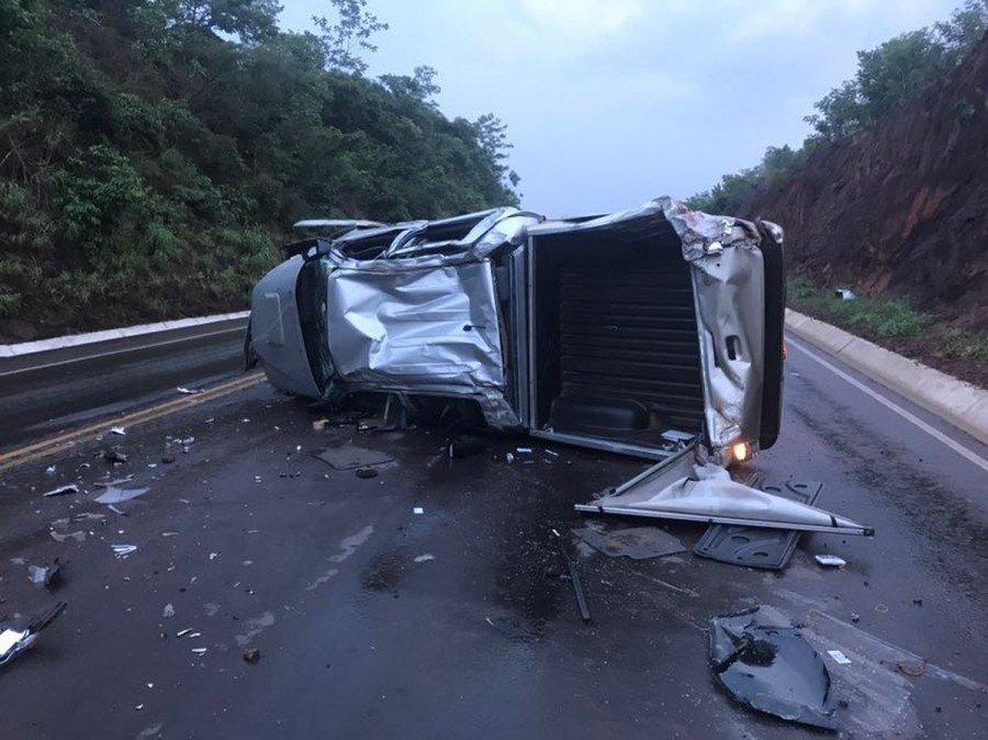 Caminhonete ficou destruída no acidente, mas bispo saiu ileso (Foto: Divulgação/PRF)