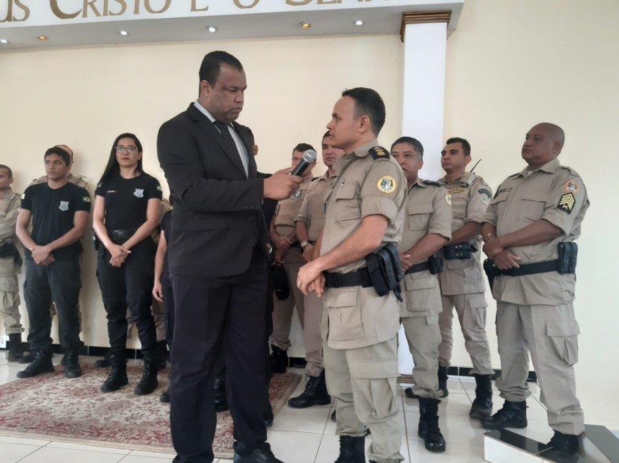 Comandante da unidade, Tenente-coronel Reis agradeceu a deferência (Foto: Ascom/5ª CIPM)