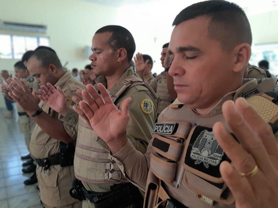 Militares recebem as bênçãos dos presentes (Foto: Ascom/5ª CIPM)