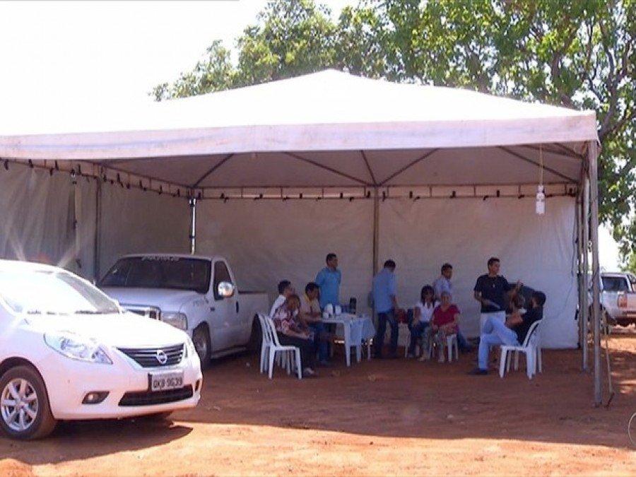 Família acampa em cemitério (Foto: Reprodução/TV Anhanguera)