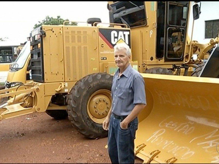 Prefeito também comprou máquinas para a cidade (Foto: Reprodução/TV Anhanguera)