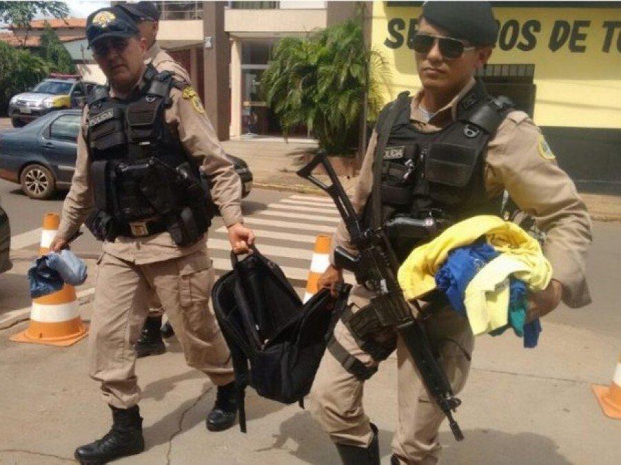 Bolsa com dinheiro e roupas apreendidas pela PM (Foto: Divulgação)