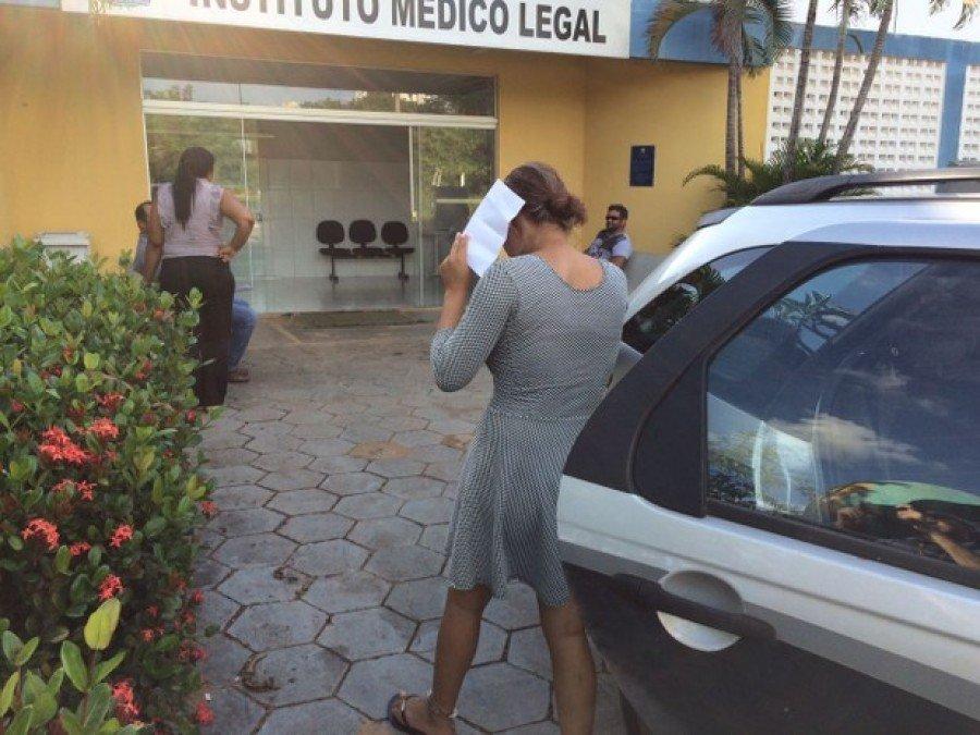 Mulher foi levada para o IML para fazer exames (Foto: João Guilher Lobaz/G1)