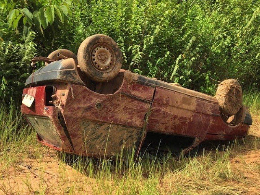 Carro capotou após condutora perder o controle (Foto: Divulgação/Corpo de Bombeiros)
