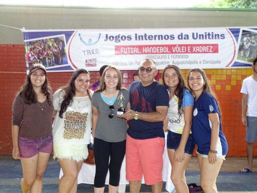 Professor Antonio Malan premiando as Bohemias, equipe vice-campeã de futsal (Foto: Samir Rian/Ascom Unitins)