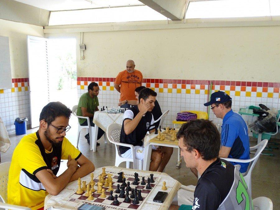 Atletas concentrados na disputa pelo título campeão conquistado por Gustavo Marquate, direita do primeiro plano (Foto: Samir Rian/Ascom Unitins)