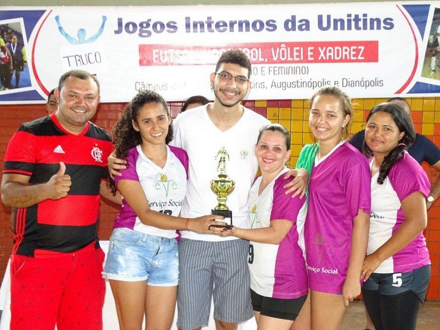 Lucas, da comissão técnica com as meninas da equipe de Serviço Social, campeã do futsal (Foto: Samir Rian/Ascom Unitins)
