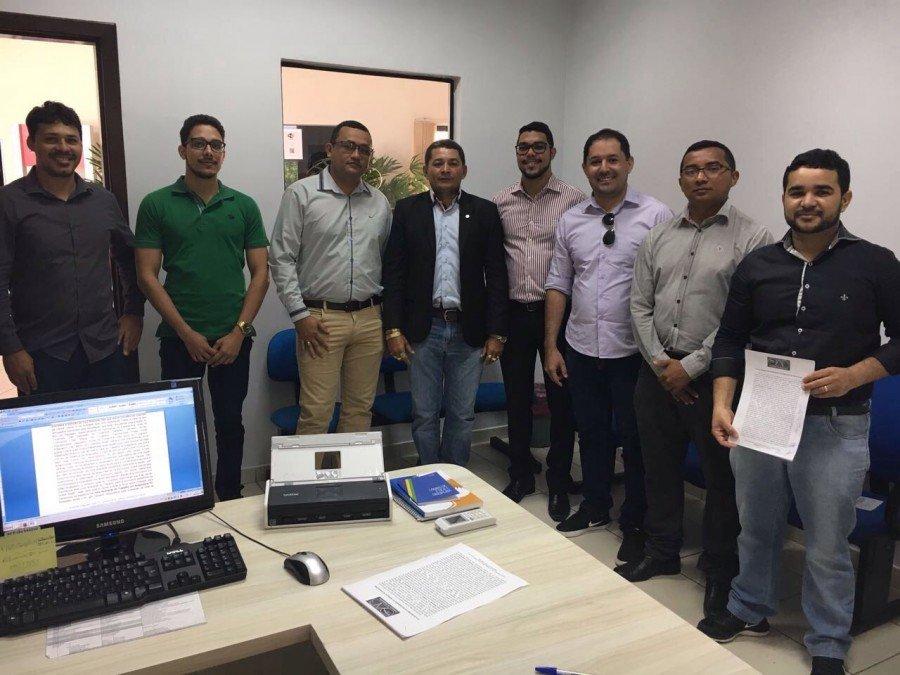 Advogados de Augustinópolis reunidos contra fechamento da Vara do Trabalho (Foto: Divulgação)