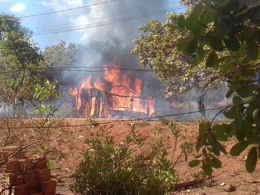 O imóvel foi atingido e ficou totalmente queimado após atearem fogo em um terreno baldio ao lado da residência ( Foto: Divulgação)