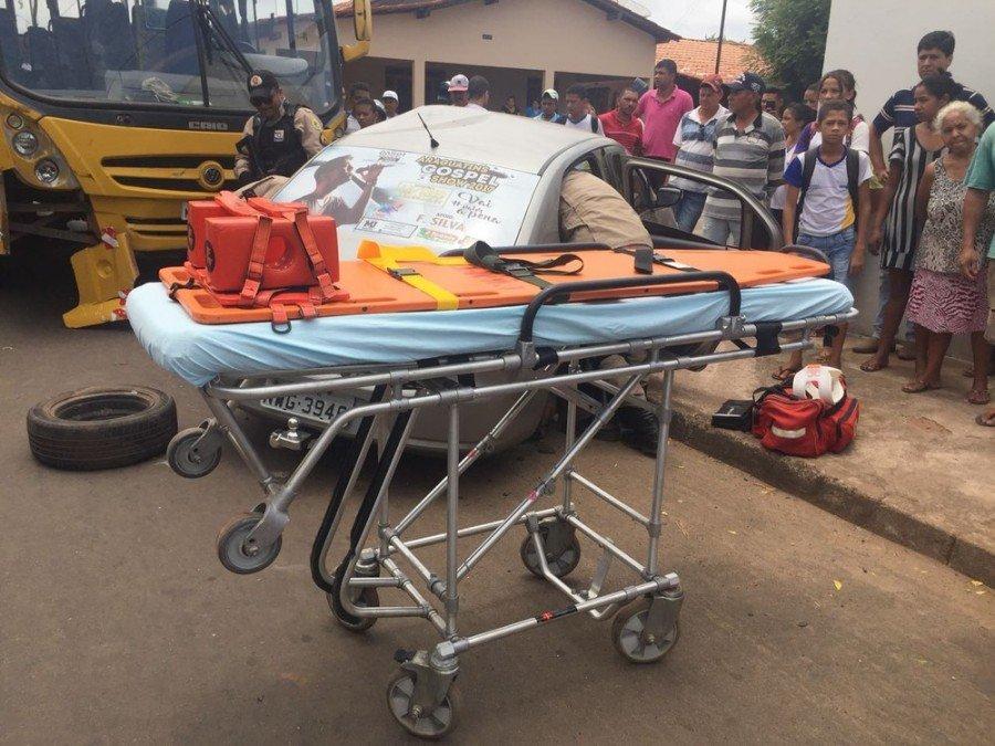 Carro e ônibus escolar colidiram (Foto: Divulgação/Corpo de Bombeiros)