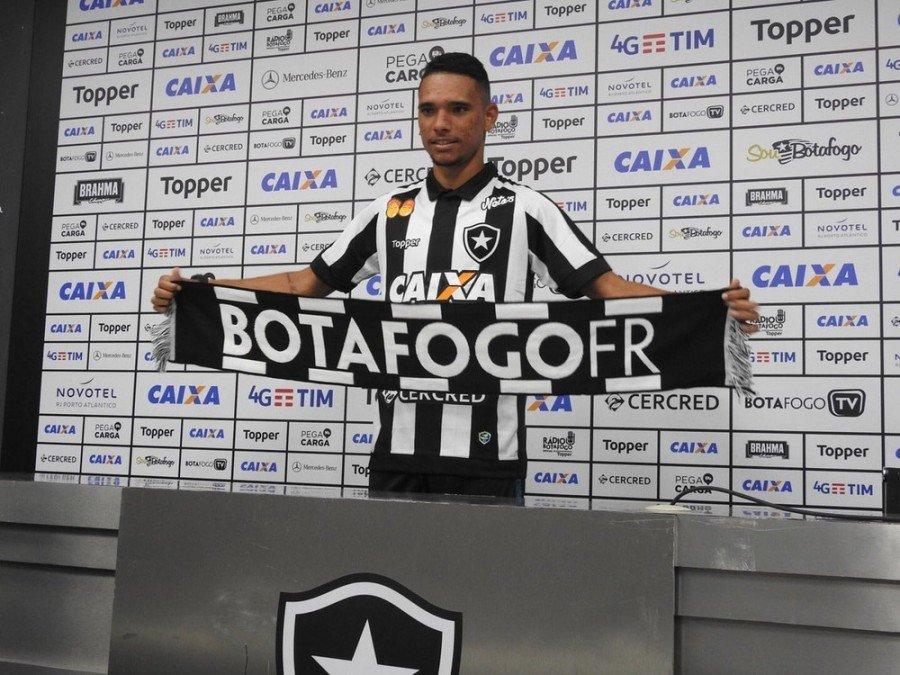 Luiz Fernando foi apresentado nesta terça (9), no Nilton Santos (Foto: Fred Gomes/GloboEsporte.com)