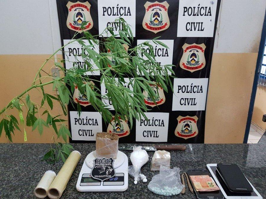 Materiais foram encontrados na casa de jovem (Foto: Polícia Civil/Divulgação)