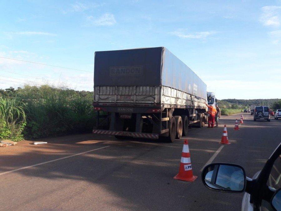 Acidente entre carro e caminhão deixou a TO-050 interditada (Foto: Naicon Lemes/TV Anhanguera)