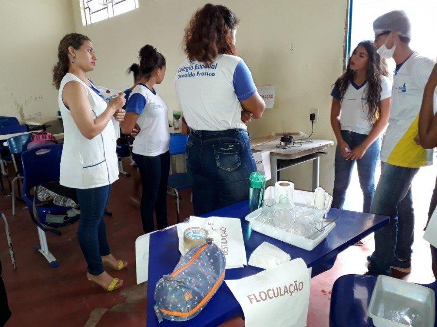 Estudantes do Osvaldo Franco durante aula prática de Química
