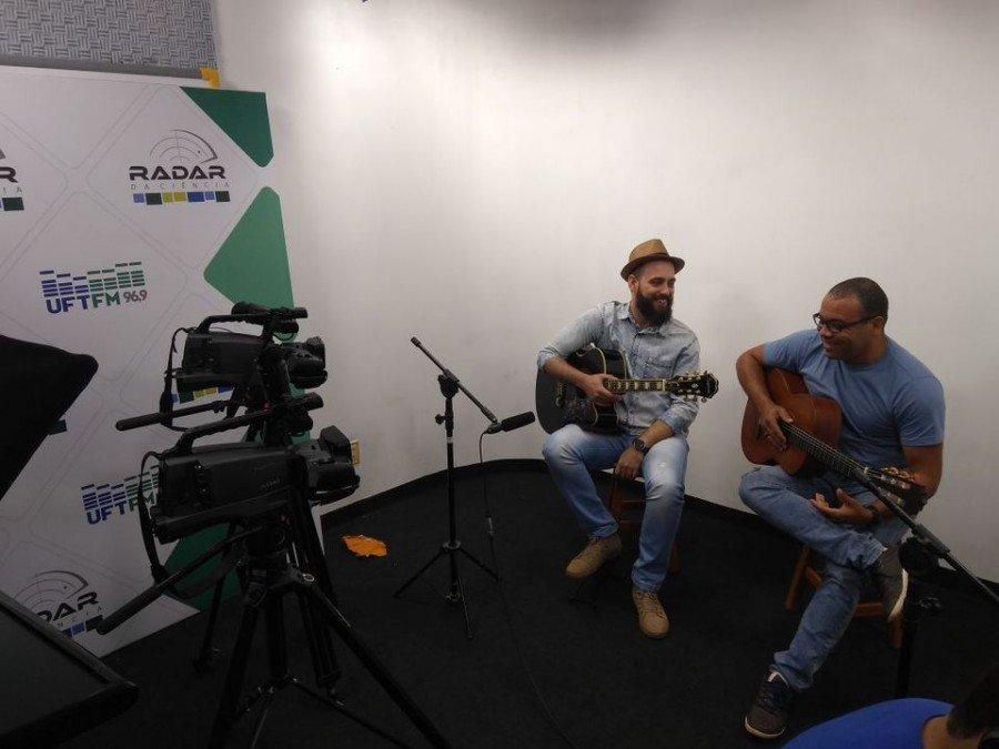 Na foto os professores José Jarbas e Anderson Brasil no estúdio de audiovisual da UFT
