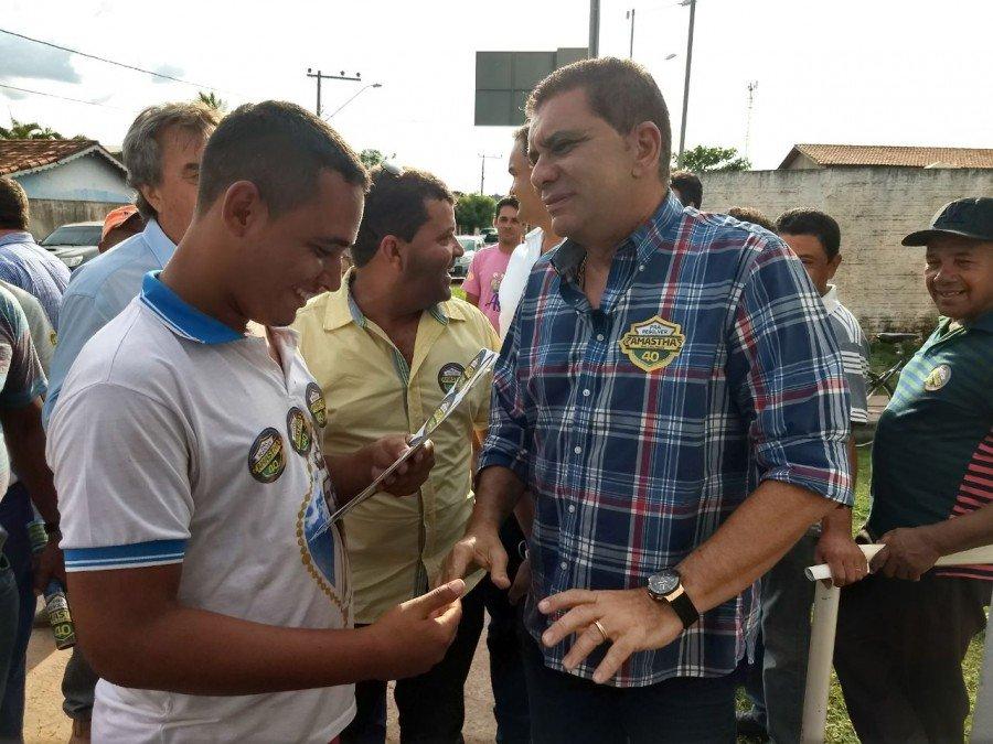 Candidato a governador, Amastha conversando com simpatizante em Darcinópolis