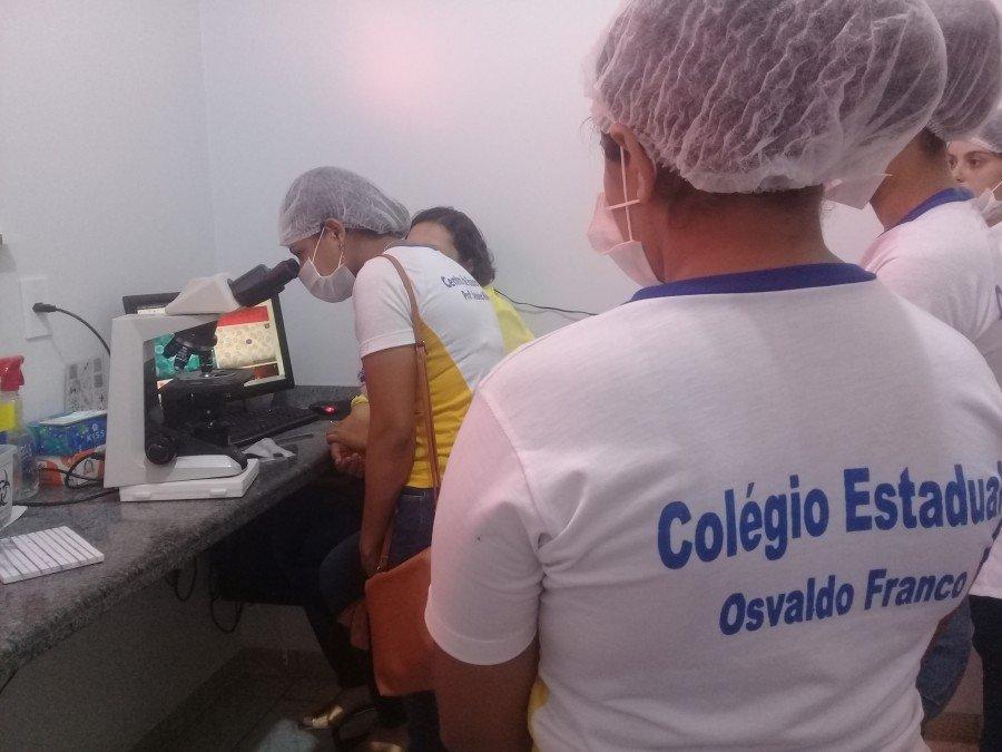 Estudantes do Colégio Osvaldo Franco visitam laboratório Quality e alia teoria a prática
