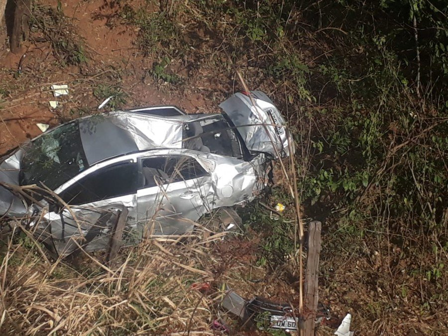 No carro, três adultos e uma criança escaparam ilesos do acidente