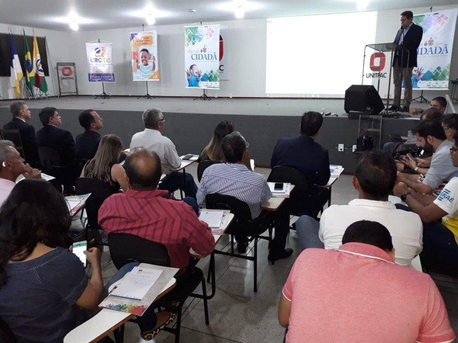 Em evento que aborda boas práticas na gestão pública, Jairo Mariano destaca esforços dos prefeitos para garantir desenvolvimento aos Municípios