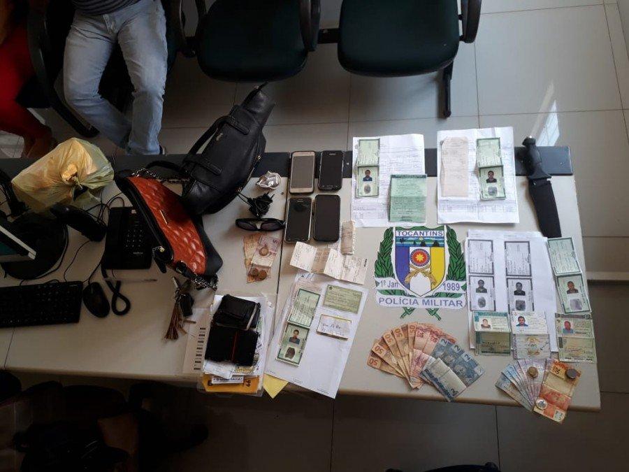 Material apreendido com os suspeitos de estelionato