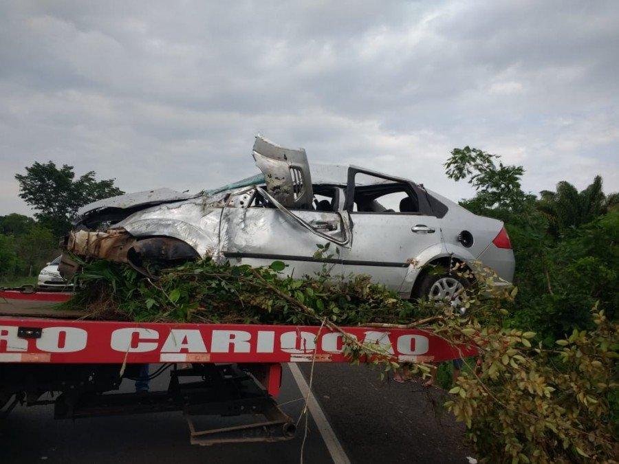 Impacto deixou carro destruído
