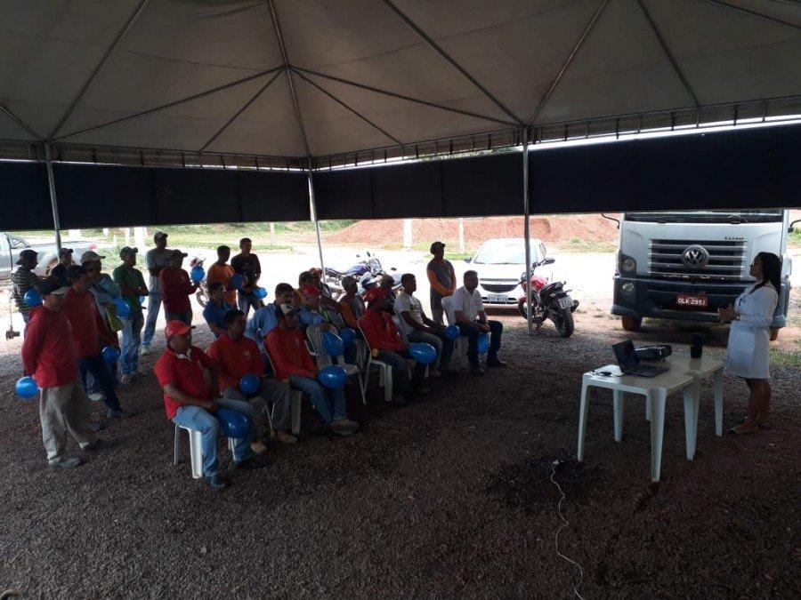 Acadêmicas orientaram trabalhadores sobre necessidades de exames preventivos contra câncer de próstata (Foto: Divulgação /Ascom Unitins)
